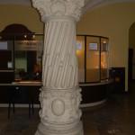 Kolumna w Urzędzie Wojewódzkim przed pracami renowacyjnymi